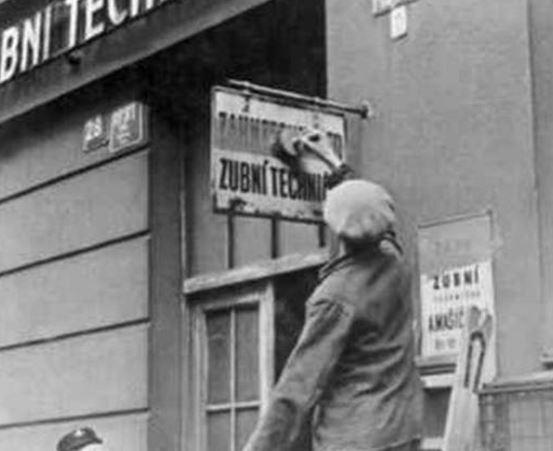 Nad českými nápisy musely být ty samé nápisy v němčině. Postupně mělo dojít na úplné vytěsnění češtiny.