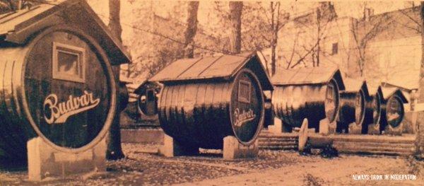 Ano, je to přesně tenhle (jiho)český pivovar, z jehož starobylých, ještě dřevěných ležáckých sudů, někdo vystavěl tuto originální chatkovou osadu.
