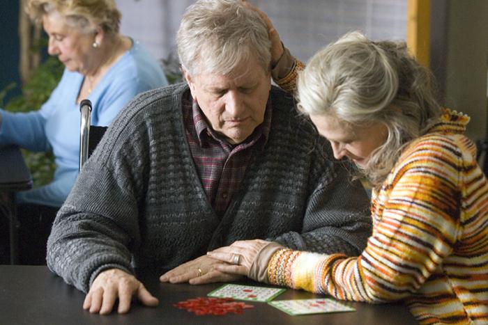 Stárnoucí Grant stále miluje svoji ženu Fionu, ale ona je už příliš daleko...