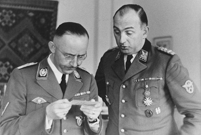 Daluege byl nefalšovaným nacistickým monstrem. Na snímku je zachycen po boku Heinricha Himmlera.