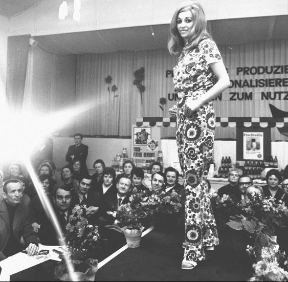 Dederonový overal na módní přehlídce v NDR roku 1972