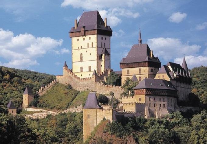 O to, aby se Česko zbavilo Karlštejnu, se pokoušel už legendární podvodník Harry Jelínek. Bohužel však neúspěšně.