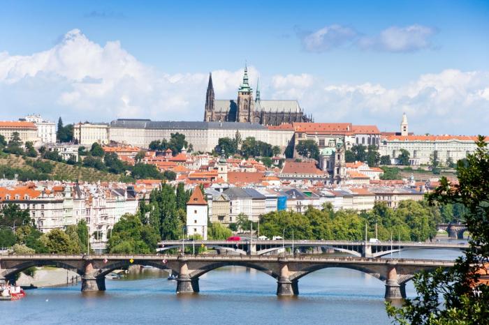 Katedrála již zmátla mnoho turistů, kteří se domnívali, že se jedná o onen hrad na Pražském hradě. Zbouráním by se předešlo dalším trapným nedorozuměním.