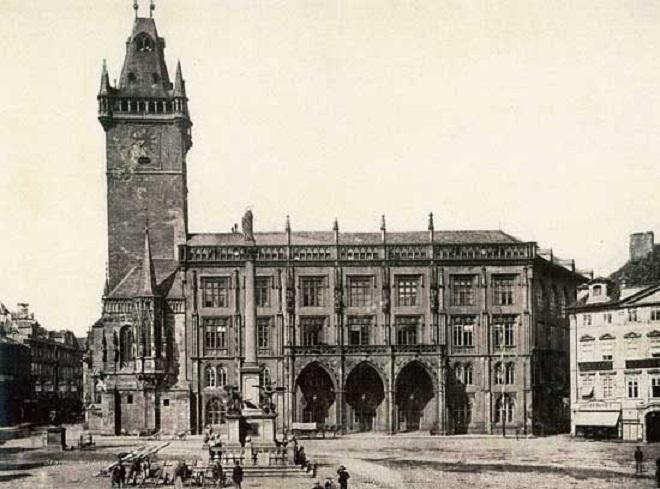 Novogotické křídlo Staroměstské radnice bylo zničeno již v roce 1945. Nyní je čas dokončit dílo našich předků.