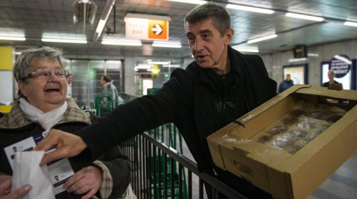 Babiš je s rozdáváním koblih legendou. Letos ale frčí mnohem dražší dary voličům.