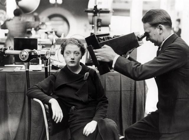 Rentgenování hlavy mladé ženy pomocí nového aparátu v Londýně roku 1934. Přístroj se stával dostupnějším, přenosnějším a mohl být tudíž používán prakticky kdekoliv
