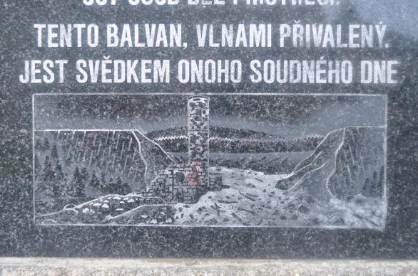 Z pomníku obětem neštěstí v Desné