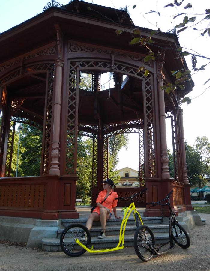 Rožnov pod Radhoštěm byl vyhledávanou lázeňskou lokalitou. Je tu krásný park, rozlehlé venkovní muzeum skanzenu a také, především, krásné cyklostezky, po kterých se můžete flákat a drandit s kolobkou jak dlouho chcete
