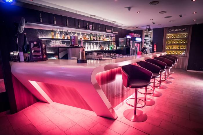 Celá vernisáž Patrika Saudka se konala v luxusním baru DaVINCI.