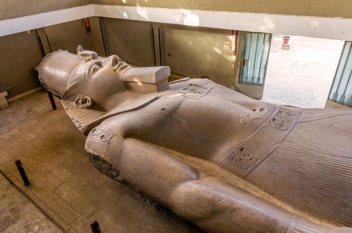 Socha Ramesse II. v egyptském městě Mennofer měří na délku 11 metrů.