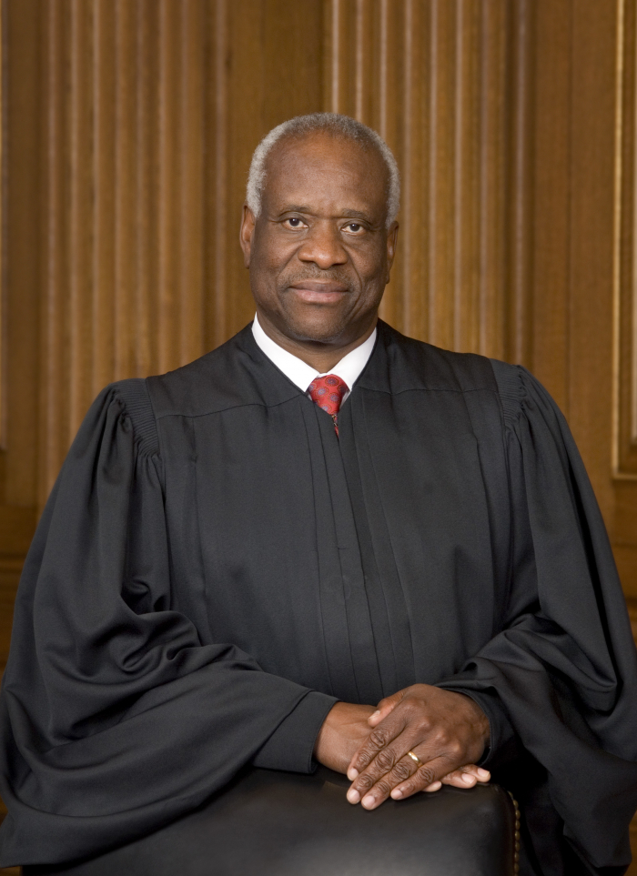 """Muž s převažující černou barvou na fotografii z vězeňského představení """"Proces"""", kde hrál soudce"""