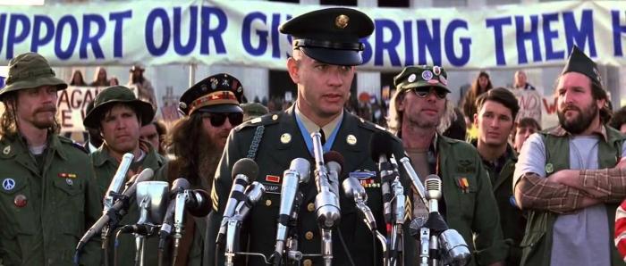 Během scén protiválečných protestů ve Washingtonu D.C. si protestující zahráli komparzisté z řad historických šermířů, kteří měli kus odsud celonárodní sraz.