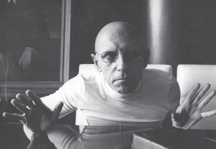 Poststrukturalista Michel Foucault analyzoval různé mechanismy moci a způsoby ovládání