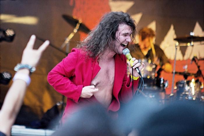 Frontman Hentai Corporation Radek Škarohlíd patří k nejvýraznějším a nejživelnějším českým zpěvákům. Na pódiu je jako neřízená střela. Komu se to nelíbí, ten ať si ho raději na akci nezve, nebo ze sebe udělá pitomce jako lidé z Dačic.