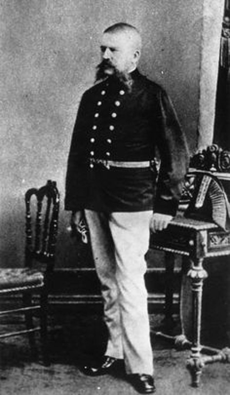 Do poslední chvíle nosil pedantský Alois Hitler svou celnickou uniformu a nechával se oslovovat hodností Oberoffizial.