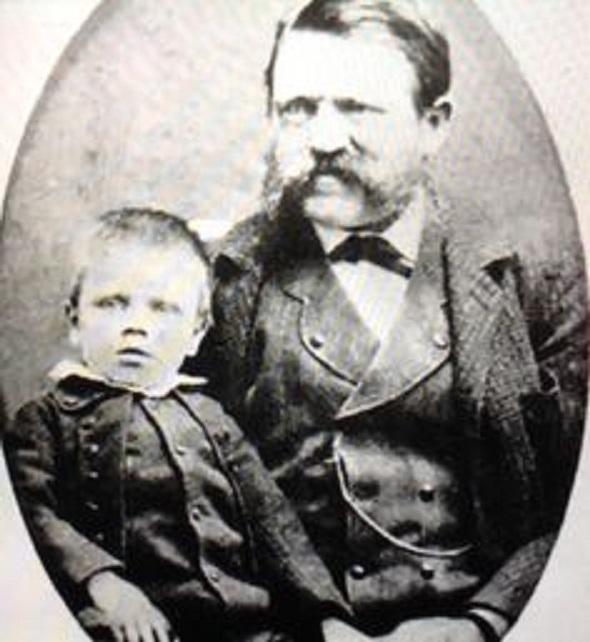 Alois Hitler s malým synkem Adolfem. Možná právě otcova tyranská výchova způsobila, že z Adolfa vyrostl masový vrah.