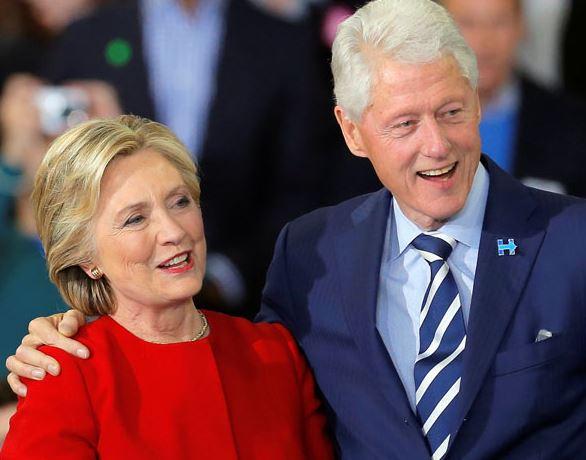 Manželé Clintonovi by možná udělali nejlépe, kdyby si užívali spokojeného stáří.