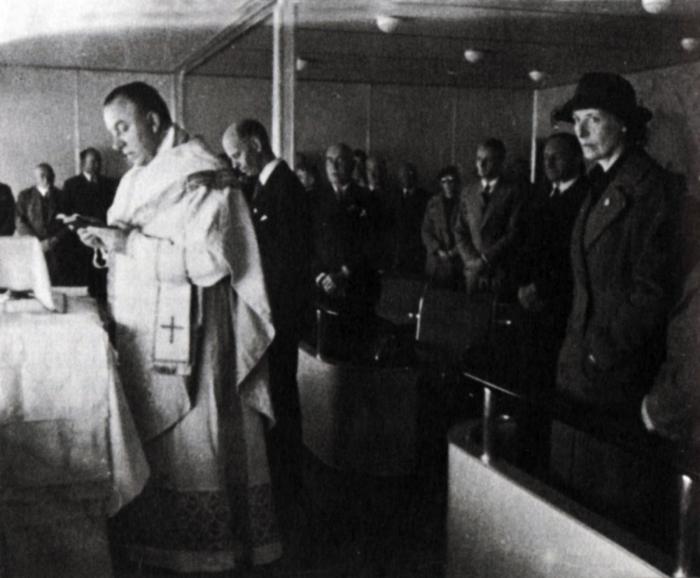Kněz Paul Schulte na palubě Hindenburgu dokonce i odsloužil vůbec první mši během letu.