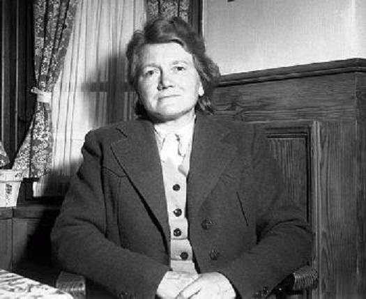 Mladší sestru Paulu Adolf Hitler neměl v oblibě a považoval jí za hlupačku. Přesto jí ale posílal peníze a postaral se o to, aby se změněným jménem přežila válku.
