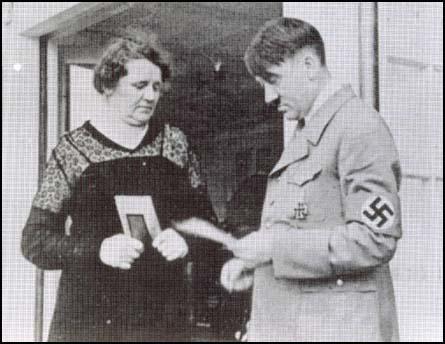 Nevlastní sestra Angela byla jediným ze sourozenců, ke kterému se Adolf Hitler hlásil. Několik let se mu starala o domácnost.