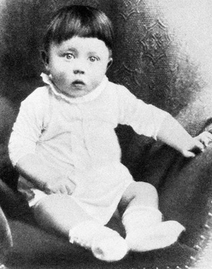 Malý Adolf měl to štěstí, že nepatřil mezi ty z jeho sourozenců, kteří zemřeli už v dětství.
