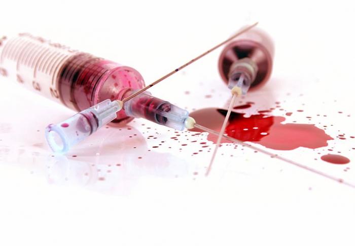 Krví z použité stříkačky se virus přenáší vedle pohlavního styku nejčastěji. Při bodnutí hmyzu nebo líbání ale riziko nehrozí.