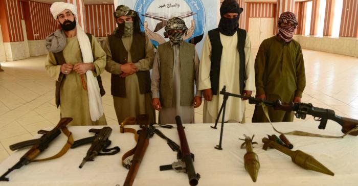 Džihádisté všech teroristických uskupení odevzdávají nyní své zbraně a fasují korálky a provázky, aby mohli dělat náramky
