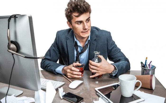 Každý den se zrubat v práci může signalizovat problémy s pitím