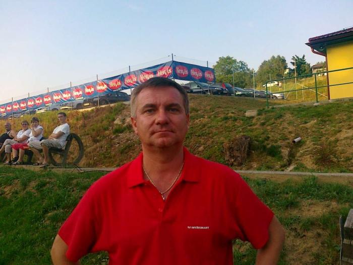 Vratislav Mynář v červeném tričku s límečkem, s řetízkem na krku a bez prověrky