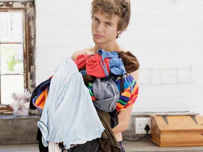 Všechno bylo na svém místě. Pak přišla žena a poručila, že oblečení patří do skříně.