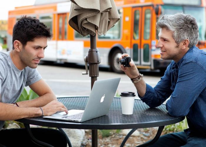 Pokud máte s sebou notebook, můžete předstírat, že něco píšete. Stejně si vás ale ten cizí člověk bude fotit.