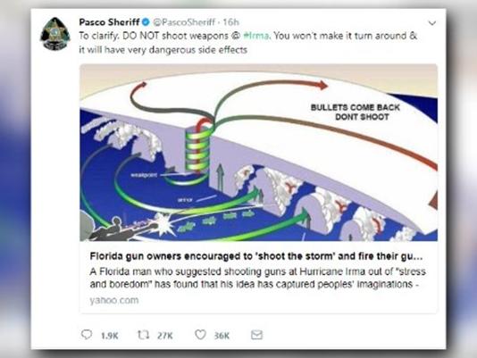 USA, země neomezených možností, kde šerif musí varovat lidi před střílením na hurikán.