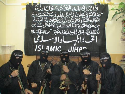 Islámští teroristé se scházejí tajně v ústraní. Romové se scházejí před paneláky a jsou hluční.