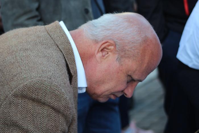 V rámci prezidentské kampaně se dostavil i Michal Horáček. Kdo mu podepsal petiční arch, ten si mohl prohlédnout zblízka jeho pleš.