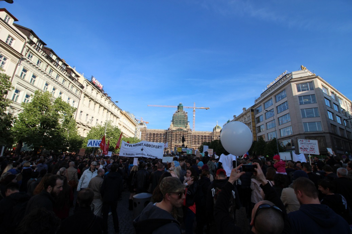 Lidí se na Václaváku sešlo na 20 tisíc. Někteří tam ale byli tak trochu navíc.