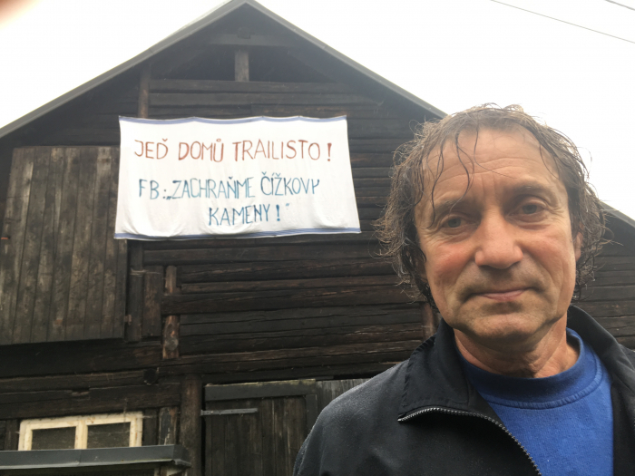 Josef Čepelka si statek vyzdobil nápisy proti 'vetřelcům'