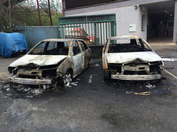 Dvě z aut Řízkárny, zničených levicovými teroristy