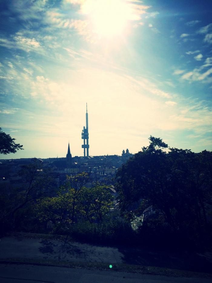 Nádherný výhled od památníku na žižkovskou věž.