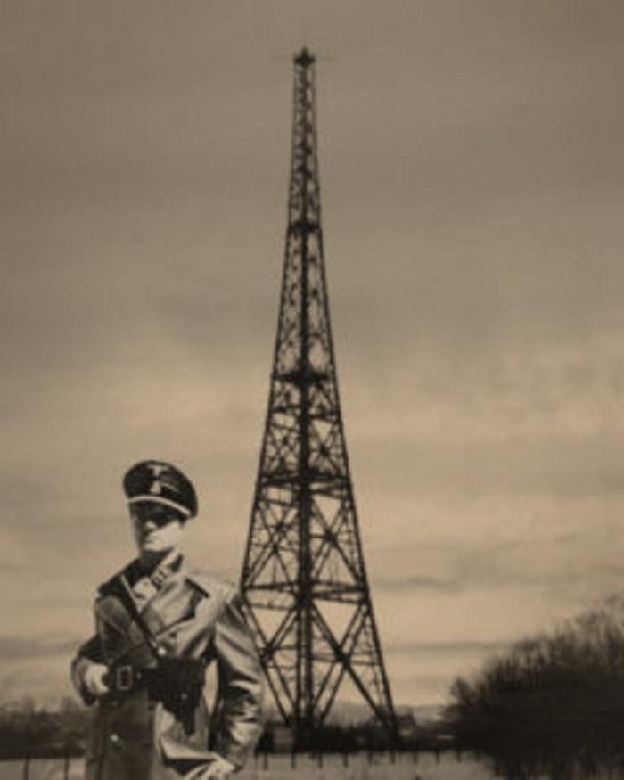 Německý voják před vysílačem v polských Gliwicích. Právě fingované přepadení radiostanice bylo záminkou k rozpoutání války.