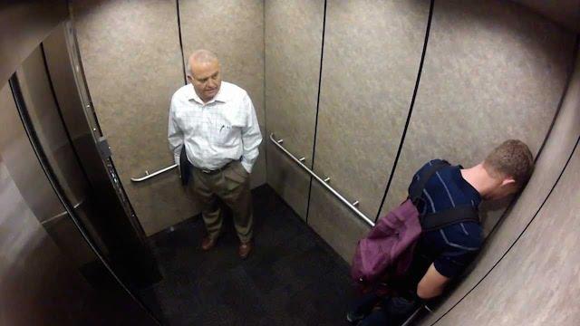 Ve výtahu se před konverzací nemáte kam schovat