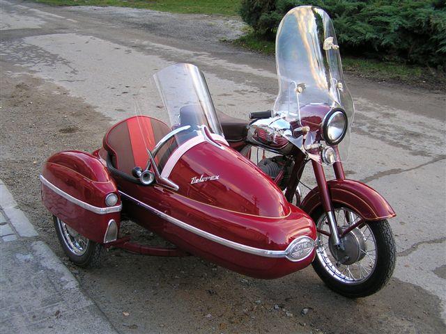 Jawa 350 se sajdkárou Velorex. Asi nejlegendárnější český motocykl.