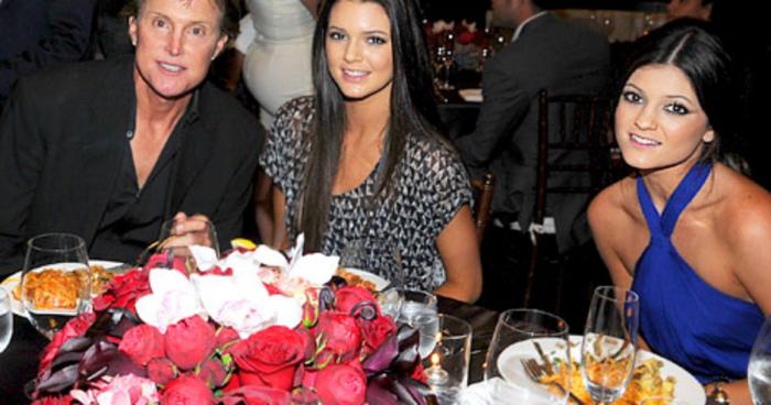 Kylie a Kendall Jennerovy spolu se svým otcem Brucem, který se nedlouho po pořízení snímku stal jejich matkou Caitlyn.