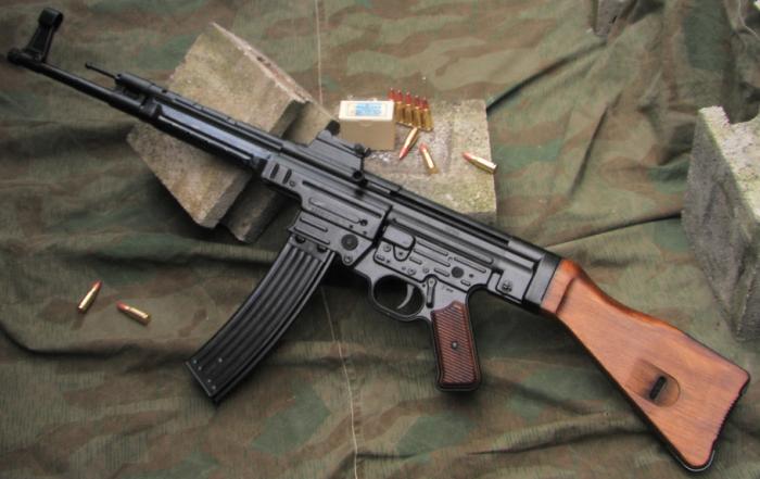 Německá útočná puška Sturmgewehr 44, hlavní předobraz AK-47.