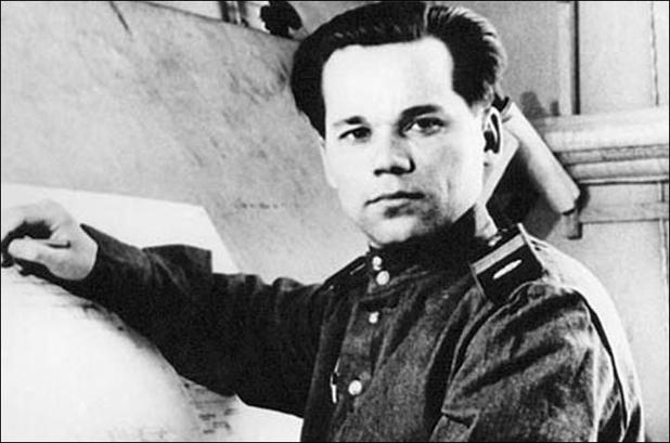 Mladý Michail Kalašnikov se do konstrukce zbraní pustil jen díky zranění na frontě jako tankista. Jako dítě se chtěl stát básníkem.