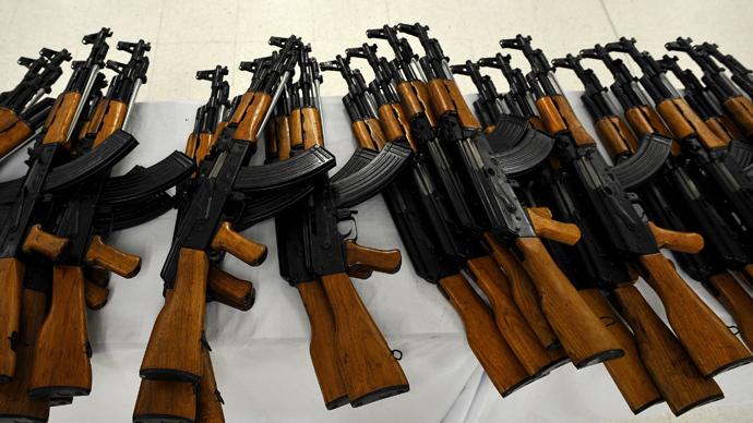 Kalašnikovů je na světě mezi zbraněmi bezkonkurenčně nejvíce. Na druhém místě je americká puška M4, kterých je na světě ani ne desetina.