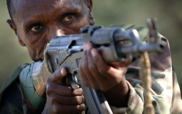 """Každoročně palba z kalašnikova zabije čtvrt milionu lidí, převážně v Africe a na Blízkém východě. Takto vysokou statistikou se žádná jiná zbraň """"pochlubit"""" nemůže."""