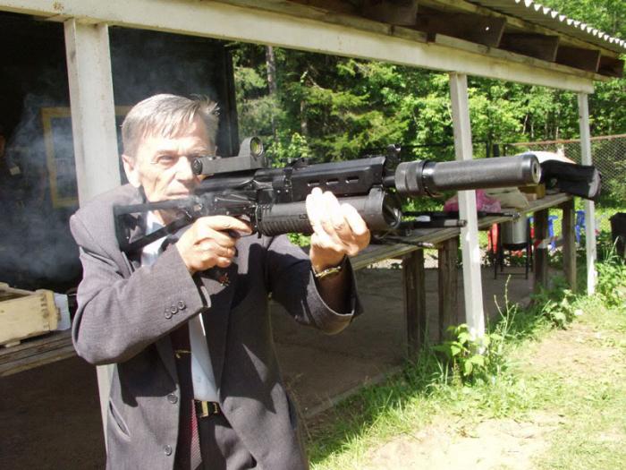 Jablko nepadá daleko od stromu a tak se i Kalašnikovův syn Viktor stal konstruktérem zbraní.
