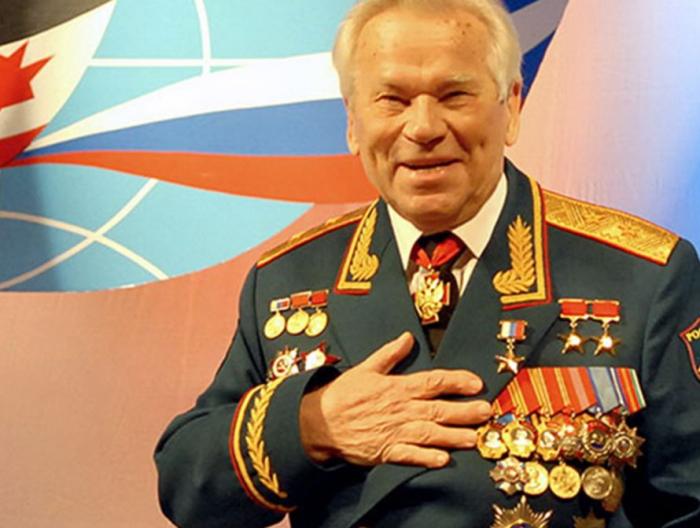 Medailemi ověnčený Michail Kalašnikov byl nefalšovanou legendou.