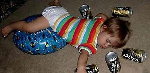 Typický obrázek z norské rodiny. Tohle se u českých adoptivních rodičů nikdy nestane, protože naše děti sají alkohol už s mateřským mlékem.