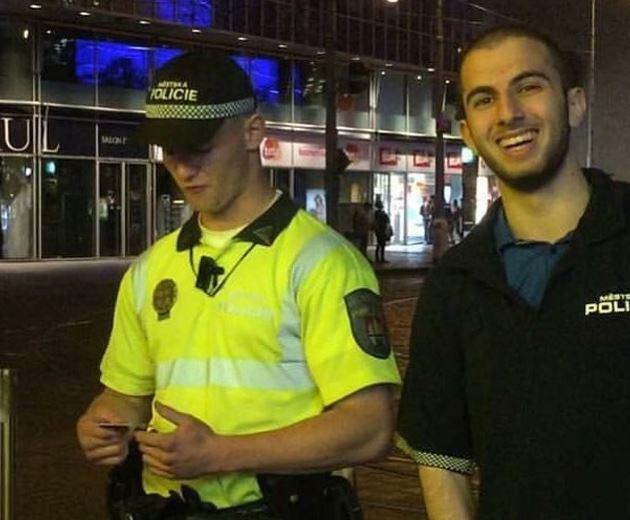 """Videa MikeJePána, na kterých arogantně obtěžuje policisty, přispěly k """"úspěchu"""" samozvaného pojištění na pokuty. Smutné."""